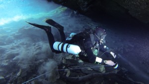 Reeling out during Cave Dive